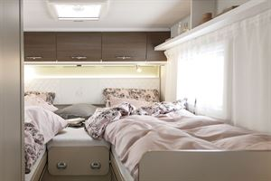 Twin beds in the Etrusco T 6900 SB motorhome