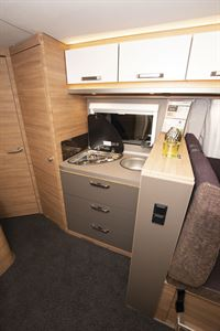 The kitchen in the Weinsberg CaraCore 650 MF