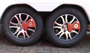 Wheel clamps on twin axle
