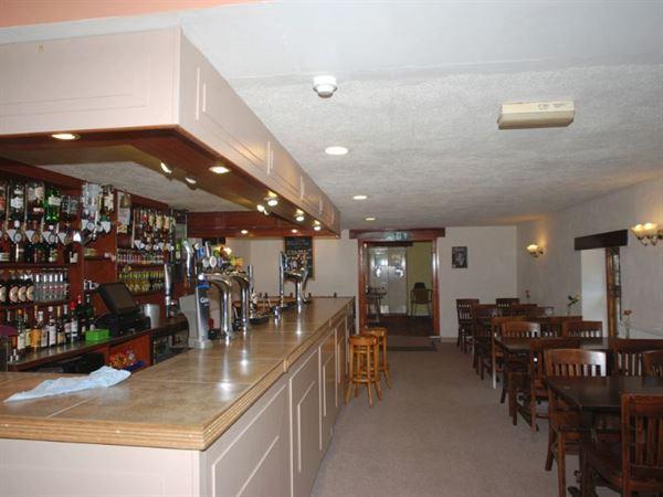 On-site bar and restaurant serves tasty grub